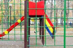 Lege children& x27; s speelplaats en een dia in het park Stock Foto