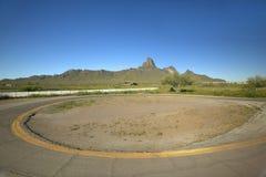 Lege cirkelaandrijving in de woestijn dichtbij Park van de Staat van Picacho het Piek, AZ royalty-vrije stock fotografie