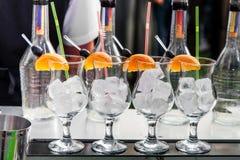 Lege cocktailglazen met ijs Stock Afbeeldingen