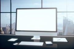 Lege computerdesktop met smartphone, tablet en andere accesor Stock Afbeeldingen