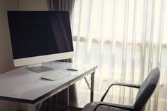 Lege computerdesktop met toetsenbord, agenda en andere toebehoren Stock Foto's