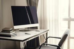 Lege computerdesktop met toetsenbord, agenda en andere toebehoren Stock Foto