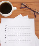 lege controlelijst met glazen en koffie Royalty-vrije Stock Afbeeldingen