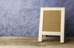 Lege cork raad op oud hout met exemplaarruimte Royalty-vrije Stock Fotografie