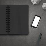 Lege 3d mobiele telefoon met leeg notaboek Stock Fotografie