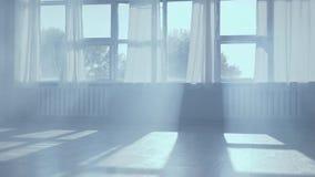 Lege dansstudio met rook en daglicht stock video