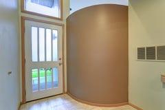Lege de ingangslounge van flat binnenlandse eigenschappen met tan muur Royalty-vrije Stock Foto