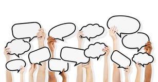 Lege de Toespraakbellen van de multi-etnische Mensenholding Stock Afbeelding