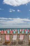 Lege deckchairs op het strand Stock Afbeeldingen