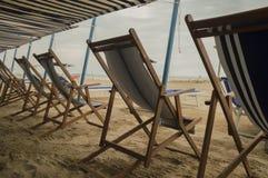 Lege deckchairs op strand stock fotografie
