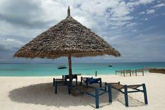 Lege dek-stoelen en paraplu Stock Foto's