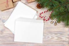 Lege die envelop met wishlist voor Santa Claus op een houten lijst wordt gelegd stock afbeeldingen