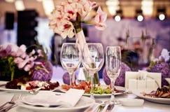 Lege die glazen in restaurant worden geplaatst royalty-vrije stock fotografie