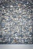 Lege die muur van stenen en concrete bestrating wordt gemaakt Stock Foto