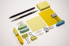 Lege die notitieboekje en pen op witte achtergrond wordt geïsoleerd Royalty-vrije Stock Fotografie