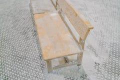 Lege die stoelen met sneeuw in de winter worden behandeld Stock Afbeelding