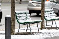 Lege die stoelen met sneeuw worden behandeld Stock Afbeelding