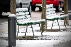 Lege die stoelen met sneeuw worden behandeld Royalty-vrije Stock Afbeeldingen