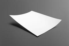 Lege die vliegeraffiche op grijs wordt geïsoleerd Stock Afbeelding