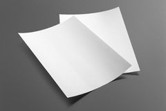 Lege die vliegeraffiche op grijs wordt geïsoleerd Stock Foto's