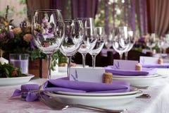Lege die wijnglazen in het restaurant voor huwelijk worden geplaatst Stock Foto's