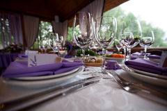Lege die wijnglazen in het restaurant voor huwelijk worden geplaatst Stock Afbeelding