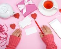 Lege document adreskaartjes en een rood potlood, naast twee vrouwen ` s Stock Afbeelding