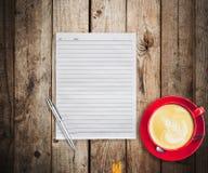 Lege document en pen met rode kopkoffie op houten lijst Stock Foto