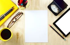 Lege Document en Tabletpc met het lege witte scherm en de kop van royalty-vrije stock foto