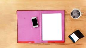 Lege document nota met pen op documentdossier op het werklijst Stock Fotografie