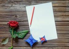 Lege documenten op lijst met roze en gift Royalty-vrije Stock Foto's