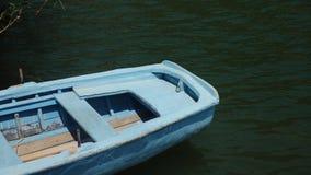 Lege eenzame oude blauwe houten het roeien vastgelegde boot stock video