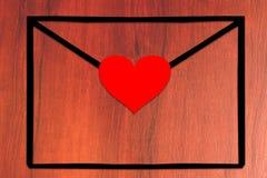 Lege envelop met hart op de lijst royalty-vrije stock afbeelding