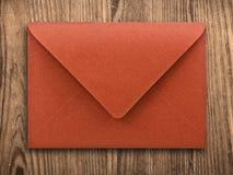 Lege envelop op oude lijst, het knippen weg. Stock Foto