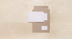 Lege Enveloppen op hout Stock Afbeeldingen