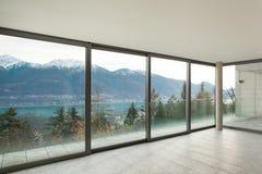 Lege flat, ruimte met vensters Stock Afbeeldingen