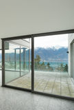 Lege flat, ruimte met vensters Royalty-vrije Stock Afbeelding