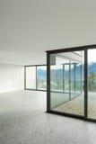 Lege flat, ruimte met vensters Stock Foto's