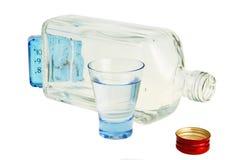 Lege fles en volledig glas. Stock Foto