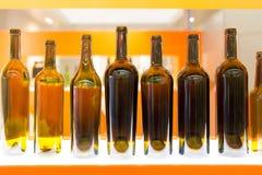 Lege fles wijn op een oranje achtergrond Royalty-vrije Stock Foto