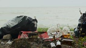Lege flessen en containers die kust, ton verontreinigen van huisvuil schadelijke aard stock videobeelden