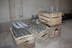 Lege flessen in houten dozen stock afbeelding