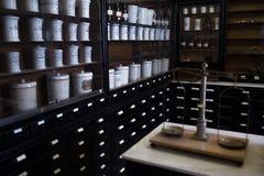 Lege flessen in oude uitstekende apotheek Stock Afbeelding