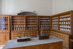 Lege flessen in oude uitstekende apotheek Royalty-vrije Stock Foto