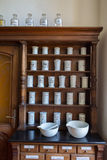 Lege flessen in oude uitstekende apotheek Stock Afbeeldingen