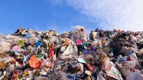 Lege flessen, plastiek in de afvalstortplaats Grote stapels van huisvuil Dolly schot stock videobeelden