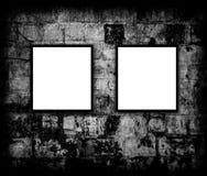Lege fotoframes op bakstenen muur Stock Afbeeldingen