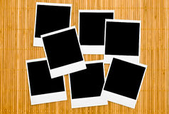 Lege fotoframes op bamboe Stock Afbeeldingen