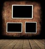Lege fotoframes op muur Royalty-vrije Stock Afbeeldingen