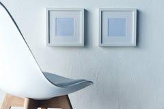 lege fotokaders die op muur hangen Stock Foto's